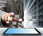 Business man en tablet pc-computer in de serverruimte — Stockfoto