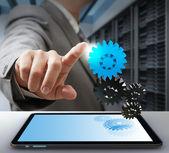 Business uomo tocco sull'ingranaggio come concetto di soluzione computer — Foto Stock
