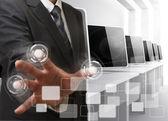 Controles de la mano de hombre de negocios sala de ordenadores — Foto de Stock