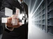 Uomo d'affari punto pulsanti virtuali in sala server — Foto Stock