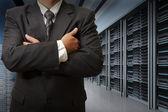 Engenheiro de homem de negócios na sala de servidores de centro de dados — Foto Stock