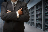 Ingeniero de hombre de negocios en sala de servidores de centro de datos — Foto de Stock