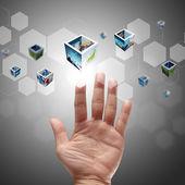 Hand duwen op een touch-screen interface — Stockfoto