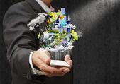 Empresario sosteniendo un teléfono móvil enviando imágenes — Foto de Stock