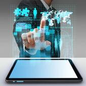 деловой человек рука точки в виртуальный бизнес сети процесс диаг — Стоковое фото