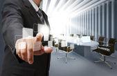 Uomo d'affari punto pulsanti virtuali in sala consiliare — Foto Stock