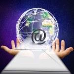 与世界传递邮件的手 — 图库照片
