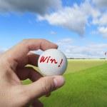 golfista umieszczenie piłki na zielono — Zdjęcie stockowe