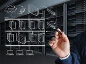Main de l'homme d'affaires dessine le tableau des systèmes internet — Photo
