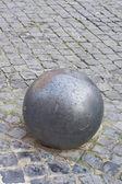 石畳に鉄球 — ストック写真