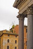 Panteón de roma y la vieja casa — Foto de Stock