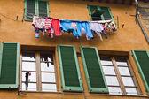 Koszulki suszone wiszące z okna — Zdjęcie stockowe