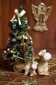 Weihnachtsbaum neben den zwei pferden — Stockfoto