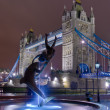 Statue facing the tower bridge by night — Stock Photo