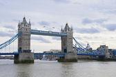 Tower bridge über ein bewölkter tag — Stockfoto
