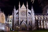 вестминстерское аббатство, освещенной ночью — Стоковое фото