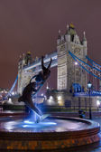 Statue de face le tower bridge de nuit — Photo