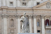 Statue facing the facade of Saint Peter's Basilica in Rome — Stock Photo