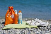 Sonnen-cremes auf ein strandtuch — Stockfoto