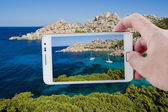 Taking a picture with Smartphone in Sardinia — Stockfoto