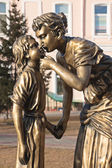 "Irkutsk, Russia - 2 november 2013: Sculpture ""Mother and Daughter"" — Stock Photo"