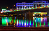 Astana, Kazakhstan - 10 may 2014: Night view of the reflection of the bridge in the fountain — Stockfoto