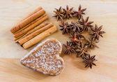 Corazón de las galletas y el fondo de madera. — Foto de Stock