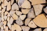 Pila de troncos de madera listos para el invierno — Foto de Stock