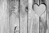 деревянная дверь с сердцем — Стоковое фото