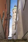Straten met het oog op een steeple — Stockfoto