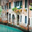 Narrow alley in Venice — Stock Photo