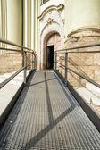 Dostępne ścieżki do kościoła — Zdjęcie stockowe