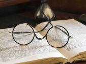 Antika kitap eski gözlük — Stok fotoğraf