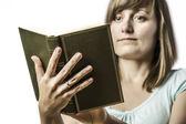 Jeune fille tenant un livre — Photo