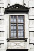 Drewniane okna na stary dom — Zdjęcie stockowe