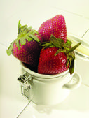 Fresh strawberrys on a tae cup — Stock Photo