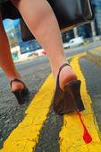 Närbild av kvinnligt skor promenader utomhus — Stockfoto