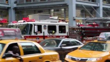 Noodgevallen brandweerman auto — Stockvideo