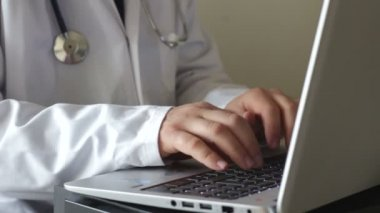 Doctor typing on laptop — Stock Video