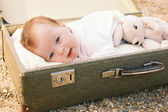Baby liggend in een koffer — Stockfoto
