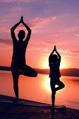 Společně meditovat při východu slunce — Stock fotografie