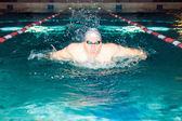 Man swims in the swim pool butterfly stroke — Foto de Stock
