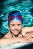 Girl learning to swim — Stock Photo