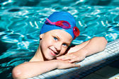 スイミング プールで笑っている子供 — ストック写真