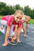 Three schoolgirls are at the start on the treadmill — Foto Stock