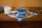 Blue coffee cup on a wooden table — Stock Photo