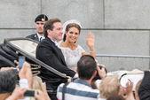 斯德哥尔摩,瑞典-6 月 8 日: 公主马德莱娜和克里斯 · 奥尼尔骑在一辆马车去该岛的路上他们在 slottskyrkan 的婚礼之后。2013 年 6 月 8 日,斯德哥尔摩瑞典 — 图库照片