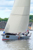 Datacom velero con tripulación cerca de la costa — Foto de Stock