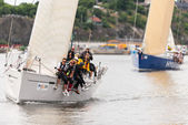 Sailboat 4TYONE close to shore with crew and Hyundai in background — Stock Photo