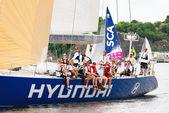 Sailboat Hyundai close to shore with crew — Stock Photo